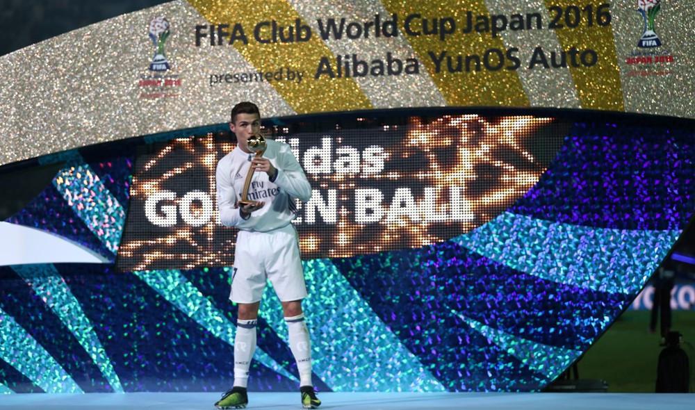 Cristiano Ronaldo rayakan keberhasilan menjadi pemain terbaik Piala Dunia Antarklub 2016. (AFP/Behrouz Mehri)
