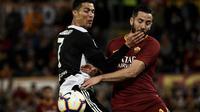 Duel antara Manolas dan Cristiano Ronaldo pada laga lanjutan Serie A yang berlangsung di Stadion Olimpico, Roma, Senin (13/5). AS Roma menang 2-0 atas Juventus. (AFP/Filippo Monteforte)