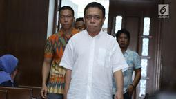 Gubernur Aceh nonaktif, Irwandi Yusufbersiap menjalani sidang dakwaan di Pengadilan Tipikor, Jakarta, Senin (26/11). Sidang beragenda pembacaan dakwaan kasus dugaan suap dan gratifikasiDana Otonomi Khusus Aceh (DOKA). (Liputan6.com/Helmi Fithriansyah)