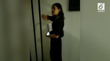 Malam pertama dtidur di rumah Raditya Dika, Anissa Aziza diganggu hantu yang mematikan lampu kamar.