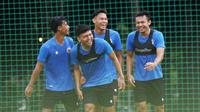 Pemain Timnas Indonesia, Arif Satria (kanan) saat sesi latihan di Lapangan D Senayan, Jakarta, Rabu, (10/2/2021). Latihan tersebut untuk persiapan SEA Games 2021 di Vietnam. (Bola.com/M Iqbal Ichsan)