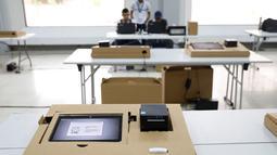 Komputer untuk pemungutan suara digital terlihat selama persiapan pemilihan presiden mendatang di sebuah TPS di Panama City, Panama (3/5/2019). (Reuters/Carlos Jasso)