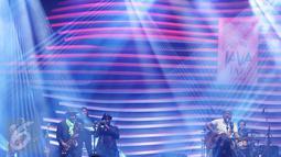 Iwan Fals berkolaborasi dengan Maurice Brown dan Kirk Whalum pada Java Jazz Festival 2017, JIExpo Kemayoran, Jakarta, Minggu (5/3). Iwan Fals melantunkan lagu 'Bento' diiringi saxophone dan trompet dari Kirk dan Maurice. (Liputan6.com/Herman Zakharia)