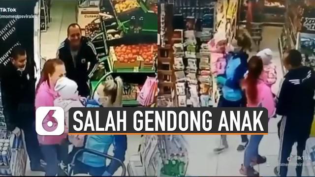 Kejadian lucu terjadi di sebuah supermarket. Ketika seorang ibu salah menggendong anaknya saat sedang belanja.
