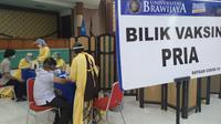 Komunitas masyarakat dan relawan di Kota Malang menggelar vaksinasi Covd-19 menyasar para aktivis kepemudaan, organisasi masyarakat sampai mahasiswa rantau (Liputan6.com/Zainul Arifin)