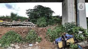 Potret Kohar (63), salah satu tunawisma, saat berada di kolong rel rel dwi ganda atau double-double track (DDT) di kawasan Manggarai, Jakarta, Kamis (7/1/2021). Sedikitnya 8 keluarga saat ini menjadi penghuni kolong lintasan DDT yang baru rampung tersebut. (merdeka.com/Iqbal S. Nugroho)