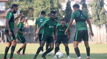 Pemain Timnas Indonesia, Yanto Basna, mengejar bola saat latihan di Lapangan Gelora Trisakti, Bali, Minggu (13/10). Latihan ini merupakan persiapan jelang laga Kualifikasi Piala Dunia 2022 melawan Vietnam. (Bola.com/Aditya Wany)