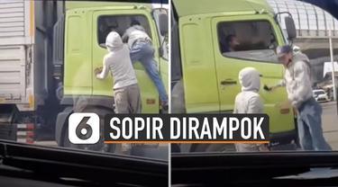Pemuda itu merampas handphone milik sopir truk dan langsung kabur.