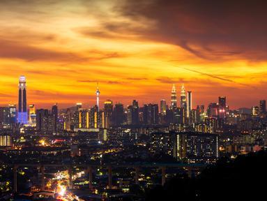 Pemandangan saat matahari terbenam di Kuala Lumpur, Malaysia, 10 Agustus 2020. Kuala Lumpur merupakan ibu kota sekaligus kota terbesar di Malaysia. (Xinhua/Chong Voon Chung)