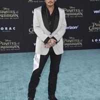 Para penggemar dibuat khawatir dengan kondisi kesehatan Johnny Depp. (INVISION/AP/REX/SHUTTERSTOCK/HollywoodLife)