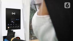 Petugas menakan tombol mesin Stasiun SPKLU di SPBU Pertamina Fatmawati, Jakarta, Minggu (13/12/2020). SPKLU ini memiliki kemampuan fast charging 50 kW yang didukung berbagai tipe gun mobil listrik. (Liputan6.com/Herman Zakharia)