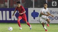Pemain Timnas Indonesia U-19, M Supriadi (kiri) berebut bola dengan pemain Timor Leste, Jaimito Antonio Soares pada laga kualifikasi Grup K Piala AFC U-19 2020 di Stadion Madya Gelora Bung Karno, Jakarta, Rabu (6/11/2019). Indonesia unggul 3-1. (Liputan6.com/Helmi Fithriansyah)