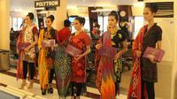 Manajemen PT Angkasa Pura I mengadakan kegiatan peragaan busana dengan memamerkan beberapa pakaian daerah di Bandara Ahmad Yani Semarang.