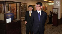 Menteri Luar Negeri Jepang Taro Kono didampingi Sekjen ASEAN, Lim Jock Hoi melihat-lihat Gedung Sekretariat ASEAN dalam kunjungannya di Jakarta, Selasa (26/6). Pertemuan ini menandai hubungan Jepang dan ASEAN yang ke-45. (Liputan6.com/Angga Yuniar)