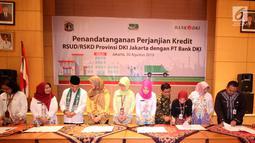 Direktur Kredit UMK & Usaha Syariah Bank DKI Babay Parid Wazdi (keempat kanan) menyaksikan penandatanganan Persetujuan Kredit Modal Kerja Pinjaman Tetap Berjangkasenilai Rp93 bersama 6 perwakilan RSUD DKI Jakarta di Jakarta, Jumat (30/8/2019). (Liputan6.com/HO/Budi)