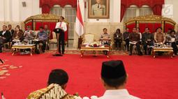 Suasana saat Presiden Joko Widodo memberikan paparannya dalam Sidang Kabinet Paripurna di Istana Negara, Jakarta, Senin (12/2). Jokowi memberi arahan pada para menterinya untuk menjadikan perhatian bersama dalam tiga hal. (Liputan6.com/Angga Yuniar)