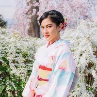 Dian Sastrowardoyo mengenakan kimono dan menikmati keindahan Sakura saat liburan ke Jepang bersama keluarga (Dok.Instagram/@therealdisastr/https://www.instagram.com/p/BvqN_DJhcCp/Komarudin)
