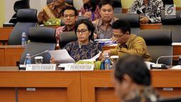 Menkue, Sri Mulyani saat mengikuti Rapat Kerja dengan Banggar DPR, Jakarta, Selasa (25/7). Rapat juga membahas pembahasan RUU tentang Pertanggungjawaban atas Pelaksanaan APBN TA. 2016. (Liputan6.com/Johan Tallo)