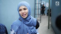 Artis Nikita Mirzani memberikan keterangan kepada awak media di kawasan Tandean, Jakarta, Rabu (17/7). Perceraian Nikita dengqn Dipo Latief masih hangat dibicarakan. Kini, Nikita menyebut suami sirinya itu sudah berubah. (Liputan6.com/Faizal Fanani)