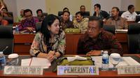 Menko PMK Puan Maharani berbincang dengan Menko Perekonomian Darmin Nasution disela rapat kerja dengan Banggar DPR di Jakarta, Selasa (13/10). Rapat itu membahas RKAKL Kemenko dalam RAPBN 2016.(Liputan6.com/Johan Tallo)