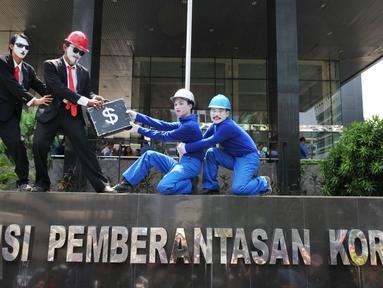 Serikat pekerja Jakarta International Container Terminal (JICT) melakukan aksi pantomim di depan Gedung KPK, Jakarta, Selasa (22/9/2015). Mereka meminta pengusutan dugaan korupsi perpanjangan konsesi JITC oleh Pelindo II. (LIputan6.com/Andrian M Tunay)