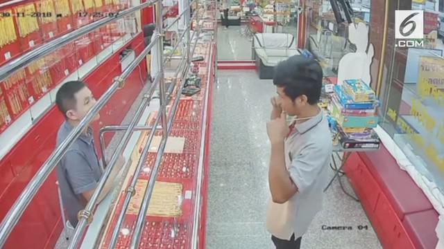 Seorang pria melakukan pencurian di sebuah toko perhiasan di Thailand. Tapi sayang aksinya tersebut digagalkan sang pemillik toko.