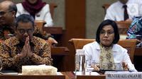 Menteri Keuangan Sri Mulyani (kanan) saat mengikuti rapat kerja dengan Komisi XI DPR RI di Gedung Nusantara I, Jakarta, Senin (4/11/2019). Rapat membahas mengenai evaluasi kinerja 2019 dan rencana kerja 2020. (Liputan6.com/JohanTallo)