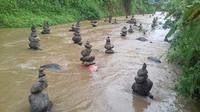 Tumpukan batu misterius di aliran Sungai Cibojong. Foto: (Mulvi Mohammad/Liputan6.com)