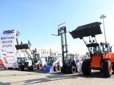 Produk-produk otomotif dipamerkan dalam Forum dan Pameran Logistik dan Transportasi Pintar untuk Timur Tengah dan Afrika di Kairo, Mesir, 23 November 2020. Mitra-mitra China dan Mesir di industri otomotif memamerkan produk-produk mereka dalam ajang ini. (Xinhua/Mohamed Asad)