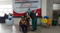 Bupati Sragen Kusdinar Untung Yuni Sukowati Disuntuk Vaksin Covid-19. (Twitter Gubernur Jawa Tengah Ganjar Pranowo/ @ganjarpranowo)