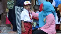 Salah satu orangtua menemani anaknya sebelum masuk kelas di SDN Manggarai 17 Pagi, Jakarta, Senin (18/7). Para orangtua terlihat ramai datang ke sekolah mengantar anaknya pada hari pertama masuk sekolah tahun ajaran 2016/2017. (Liputan6.com/Johan Tallo)