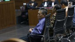 Terdakwa suap putusan perkara perdata yang juga Hakim PN Jakarta Selatan, Irwan (kiri) dan saat sidang pembacaan tuntutan di Pengadilan Tipikor, Jakarta, Kamis (13/4/2019). Irwan dan Iswahyu Widodo diyakini bersalah menerima uang Rp 150 juta dan SGD 47 ribu. (Liputan6.com/Helmi Fithriansyah)