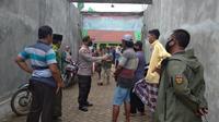 Kepala Polsek Socah, Kabupaten Bangkalan, AKP Hartanta memberikan penjelasan kepada petani soal aturan zonasi pembelian pupuk bersubsidi.