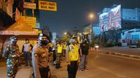 Chek point PSBB di Harapan Indah Bekasi dijaga petugas gabungan, Rabu 29 April 2020. (Liputan6.com/Bam Sinulingga)