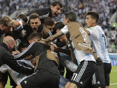Para pemain Argentina merayakan gol yang dicetak Marcos Rojo ke gawang Nigeria pada laga grup D Piala Dunia di Stadion St Petersburg, St Petersburg, Selasa (26/6/2018)/ Argentina menang 2-1 atas Nigeria. (AP/Dmitri Lovetsky)