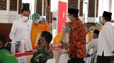 Jokowi meninjau vaksinasi di Sidoarjo. (Dian Kurniawan/Liputan6.com)