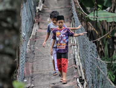 FOTO: Reyot Jembatan Gantung di Srengseng Sawah