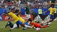 Proses terjadinya gol yang dicetak striker Brasil, Neymar, ke gawang Meksiko pada babak 16 besar Piala Dunia di Samara Arena, Samara, Senin (2/6/2018). Brasil menang 2-0 atas Meksiko. (AP/Frank Augstein)