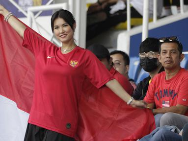 Bintang film asal Jepang, Maria Ozawa, memberikan dukungan untuk Timnas Indonesia U-22 saat melawan Thailand pada SEA Games 2019 di Stadion Rizal Memorial, Manila, Selasa (26/11). Indonesia menang 2-0 atas Thailand. (Bola.com/M Iqbal Ichsan)