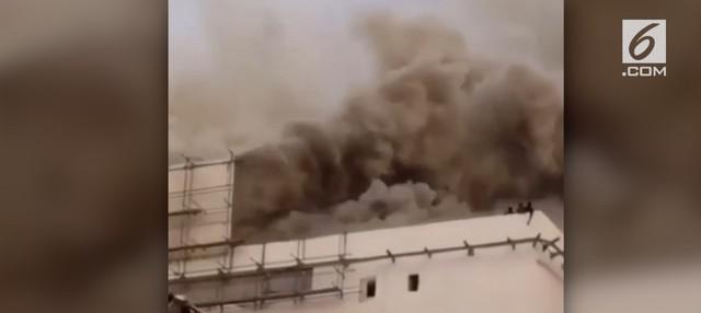 Momen menegangkan saat beberapa orang terjebak kebakaran di atap  Gedung Niaga JIExpo Kemayoran.