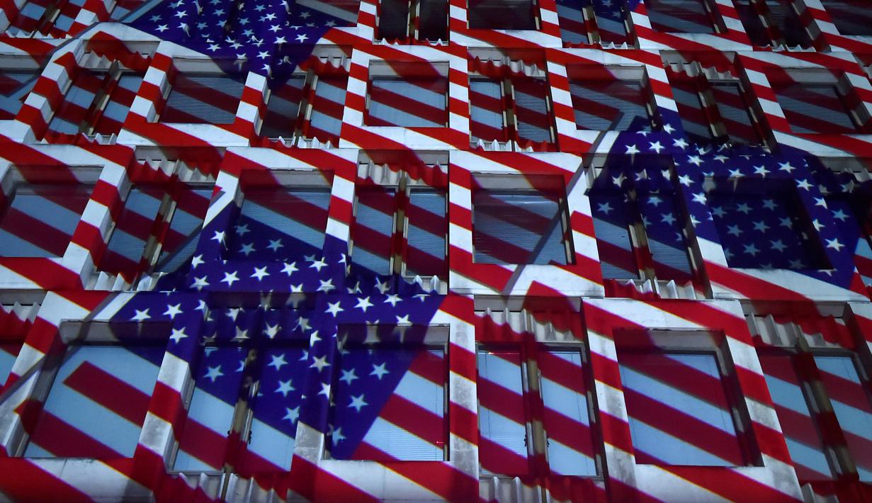 Warna dan corak bendera Amerika Serikat diproyeksikan di Gedung Kedutaan Besar AS di London, Inggris, Selasa (8/11). Gedung Kedubes AS itu dicat dengan warna bendera AS dalam rangka memeriahkan Pilpres AS 2016. (REUTERS/Hannah McKay)