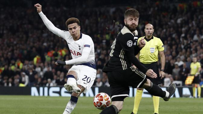 Dele Alli elepaskan tendangan ke gawang Ajax pada leg 1, Semifinal Liga Champions yang berlangsung di Stadion Tottenham Hotspur, London, Rabu (1/5). Ajax menang 1-0 atas Tottenham Hotspur. (AFP/Emmanuel Dunand)