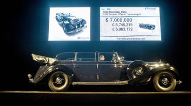 Mobil Mercedes-Benz 770K Grosser Open Tourer keluaran 1930-an milik Adolf Hitler dilelang di Scottsdale, Arizona, AS, (17/1). Mobil ini pernah digunakan Hitler untuk merayakan kekalahan Prancis dalam sebuah parade di Berlin 1940. (AFP Photo/Laura Segall)