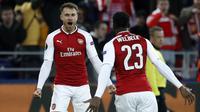 Pemain Arsenal, Aaron Ramsey (kiri) merayakan golnya ke gawang CSKA Moscow pada leg kedua Liga Europa di CSKA Arena, Russia, (12/3/2018). Arsenal lolos ke Semifinal dengan agregat gol 6-3. (AP/Pavel Golovkin)