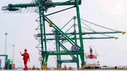 Aktivitas bongkar muat peti kemas di Pelabuhan Tanjung Priok, Jakarta, Rabu (31/10). Fasilitas PSF merupakan skema pembiayaan yang disediakan untuk pengguna jasa kepelabuhanan. (Liputan6.com/Immanuel Antonius)