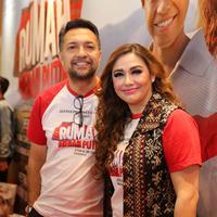 Ari Sihasale dan Nia Zulkarnaen saat merilis film terbarunnya berjudul Rumah Merah Putih di kawasan Epicentrum Kuningan, Jakarta Selatan, Senin (17/6/2019). (Adrian Putra/Fimela.com)