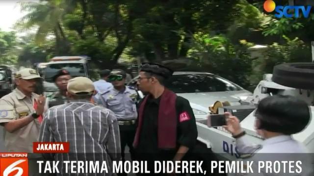 Mobil-mobil yang terjaring operasi gabungan Dishub, Dinas Perhubungan, Satpol PP, Polri, dan TNI ini terbukti parkir sembarangan di kawasan Pondok Pinang Mas.