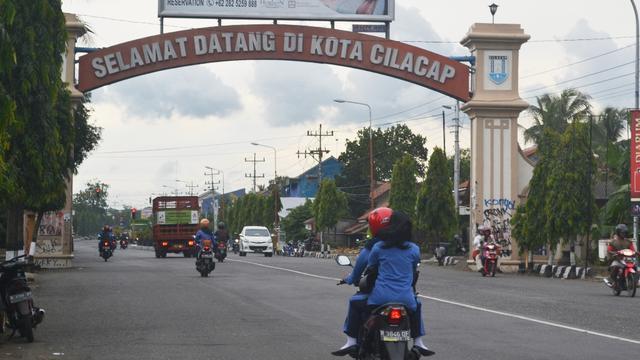 Gerbang timur kota Cilacap, Jawa Tengah. Hari tanpa bayangan Cilacap bakal terjadi pada Minggu, 13 Oktober 2019, pukul 11.30.20 WIB. (Foto: Liputan6.com/Muhamad Ridlo)