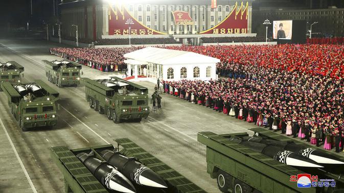Rudal-rudal terlihat pada truk selama parade militer menandai kongres partai yang berkuasa di Lapangan Kim Il-sung, Pyongyang, Korea Utara, Kamis (14/1/2021). Wartawan independen tidak diberi akses untuk meliput acara ini. (Korean Central News Agency/Korea News Service via AP)