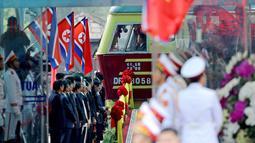 Sebuah kereta yang membawa pemimpin Korea Utara, Kim Jong-un tiba di Stasiun Dong Dang di Lang Son, Vietnam, Selasa (26/2). Kim tiba sekitar pukul 08.00 pagi waktu setempat dengan pengawalan ketat dan mendapat sambutan meriah. (AP/Minh Hoang)